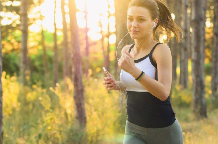 イヤホンをしながら走る女性